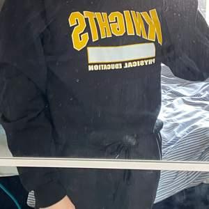 Vintage college sweatshirt från USA. Färgen är svart och trycker är i gult och vitt. Superbra kvalitet på trycket och cond är i toppskick, en stark 9/10!