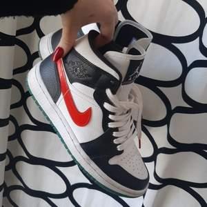 Nike air jordan 1 alternate swoosh i storlek 36.5, passar mig med storlek 37 perfekt. Är givetvis äkta och skickas med box 😊bud i kommentarerna från 1000 kr köp direkt för 1600 🥰