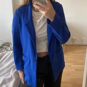 Blå jättefin kavaj!!! Ursprungligen från Gina i storlek 36 men är en oversized modell så passar fler storlekar. Säljer pga har för många kavajer men den är sjukt snygg.  betalning via swish och köpare står för frakten💚💞💛🌈💜💘