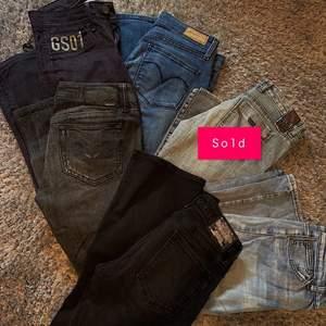 Säljer massa lågmidjade jeans i olika färger , Alla är flare eller starigth leg , Skicket är super bra på allihopa , Kolla min sida för fler bilder 💕 200kr styck , skriv privat för fler bilder  , storlek 26 , 27 och 28 på alla jeansen
