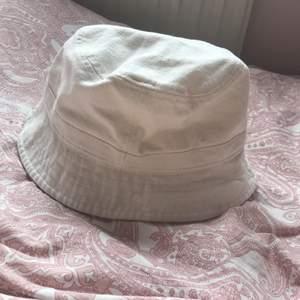 krämvit helt ny buckethat från monki🥥 aldrig använd med lappen kvar🤍 storlek L så passar perfekt för dig med lite större huvud🤍 pris går att diskutera🌟
