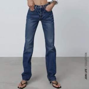 """Zara jeans i strl 36. Kan frakta men då kommer frakten kosta extra eller mötas upp i sthlm. På hemsidan heter de """"jeans mid rise straight"""" om nån vill ha fler bilder"""
