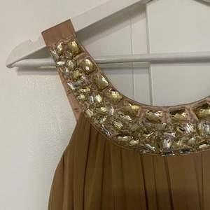 Elegant maxi fest/bal klänning, använts en enda gång! Storlek 38 EU / M Säljs eftersom är inte min stil längre. Ord. Pris: 599 kr