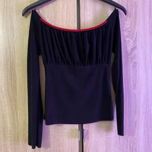 Tröja stl S svart med röd band. Väldigt snygg tröja!!!