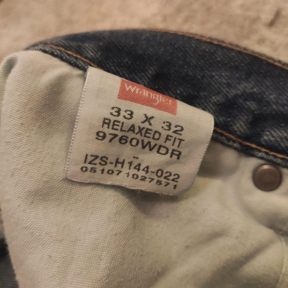 Ett par vintage wrangler jeans i fantastiskt skick. Dem är  vidare än Levi's 501 men inte sådär larvigt lösa. Dem är inte alls så smutsiga som dem ser ut och har sedan bilden tagits blivit tvättade. Tagen säger 33/32 men är nog mer 31/31. Leg opening: 22cm. Jeans & Byxor.