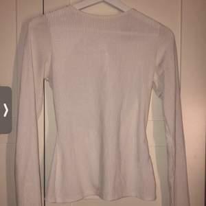 Långärmad tröja med öppen rygg o en söt snörning, i storlek L från Gina tricot. Funkar utan tvekan på en M också.                  Frakt 66kr📬