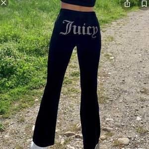 """Säljer ett par svarta flared juicy couture byxor med flare och """"juicy"""" på rumpan. Säljs enskilt eller kan köpas som set med matchande kofta med rhinestones på armarna! skriv för fler bilder!!"""