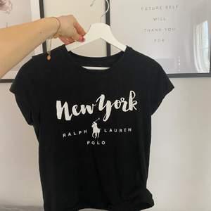 T-shirt ifrån Ralph lauren, köpt för länge sen och kommer aldrig till användning längre så därför säljer jag den🖤 bra kvalle och fint skick. Passar xs-s