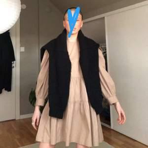 Hej! En till klänning säljer jag!!! Super snygg och bekväm klänning till vår och sommar🤩🤩💕💕 men man kan matcha med mycket! Säljer den för 100kr + frakt!!! Frakt ligger antingen på 66kr(spår bar) eller 45kr ( i ett blått kuvert) upp till köparen hur den vill!!😁💕💕🥂🥳🤩🤠