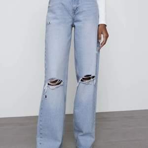 Ljusblåa vida jeans med slitage från zara i strl 38, prislapp är kvar då dem är för långa för mig som är ca 167cm
