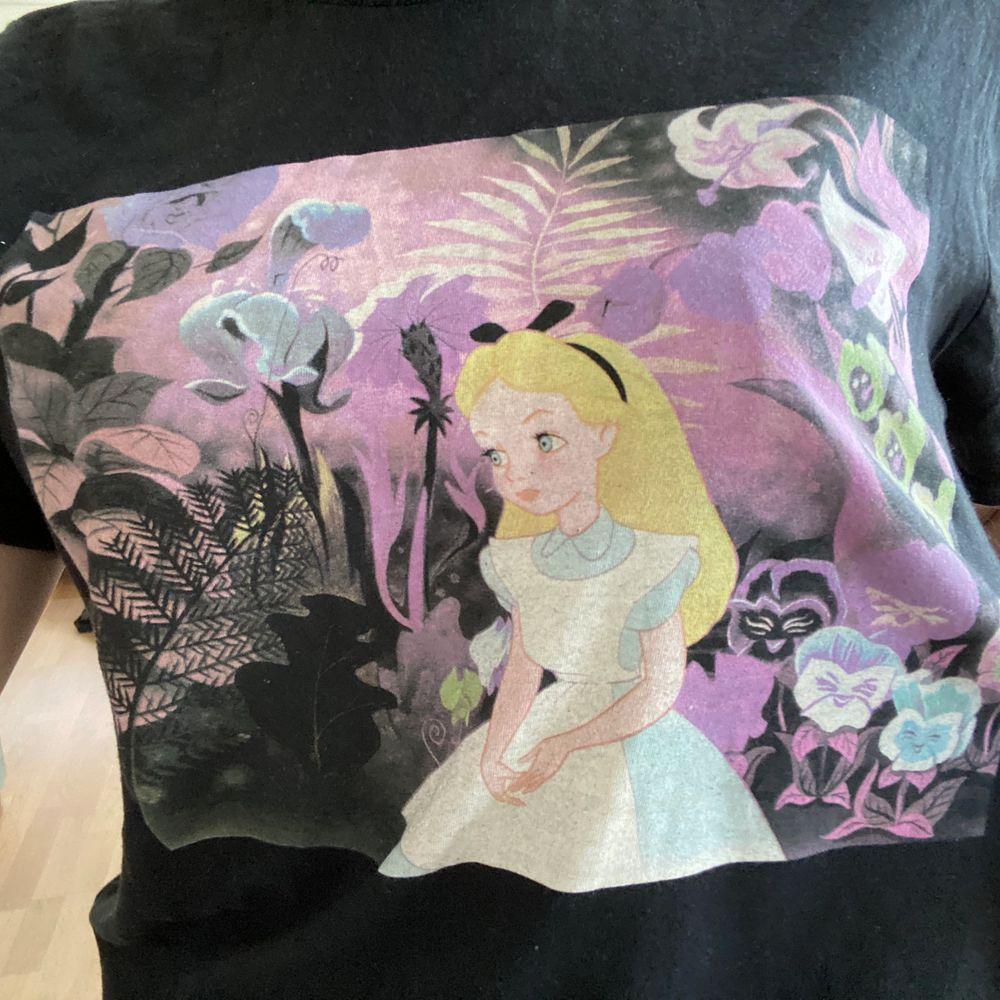 Tröja från Disney med Alice i underlandet tryck! Använd en enstaka gång så i superbra skick. Kan mötas upp i Stockholm/Norrort, annars står köparen för frakten 💜💜. T-shirts.