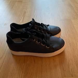 Gant Avona sneakers i skinn. En modern sneaker med en yttersula i vulkaniserat gummi och logotyp på sidan.   Material: Skinn Yttersula: Gummi