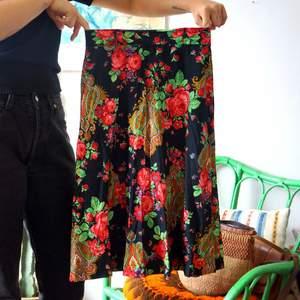 Såååå fin kjol som tyvärr är för liten för mig. Handsydd och vintage!