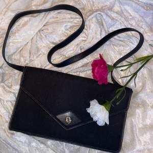 Dior vintage svart färg | från 70-80 talet | så fint skick | måttet 28 x 16,5 | kedjan går att ta av | kolla gärna på mina andra annonser | följ insta @nmf_se #dior#vintage