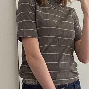 Randig grön t-shirt jag själv klippt av ärmarna på (det var en långärmad) den är i storlek xs och mycket bra skick utan fläckar!
