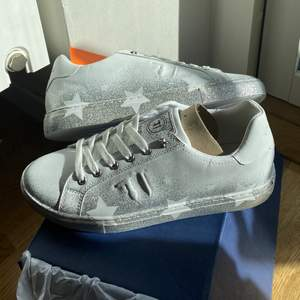 Helt splitternya sneakers med glitter och stjärnor!!! Nypris 1500 kr från märket trussardi jeans. Säljer för 700 vid snabb affär 🌟🌟🌟🌟