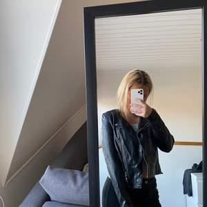 En svart skinnjacka i storlek S ifrån vero moda, köpt för 600kr säljer för 200kr kan gå ner i pris