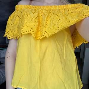 Kolla in denna fina gula sommartopp ifrån Gina tricot! Galet fin topp med offshoulder och färgen skriker bara sommar.