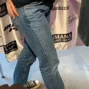 Blåa jeans från zara. Dom är mid waisted går enda ner på mig som e 168cm. Stl 38 men sitter perfekt på mig som e 36. Säljer endast vid bra bud :)