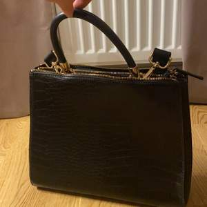 Handväska från hm i krokodil print, aldrig använd. Rymmer mycket och har många fack. Nypris 400. Säljaren betalar frakten