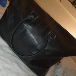 Weekendbag som är stor och rymlig.