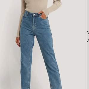 Säljer ett par raka jeans med slits i stl 38. Knappt använda 🌸