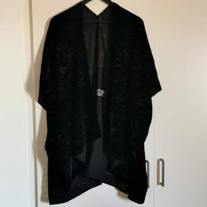 A beautiful black velvet kimono from Åhléns. Never used. Has gorgeous details on the whole thing. Short sleeved and festive 😊