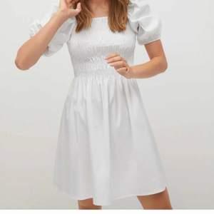 Finaste klänningen, perfekt till student❤️ helt oanvänd, köpt för 500 säljer för 300💘💓