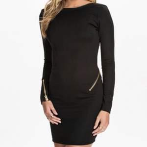 Riktigt snygg klänning med kedja från Rebecca Stella! Använd 1-2 gånger endast! Storlek XXS. Jättehäftig och sexig.