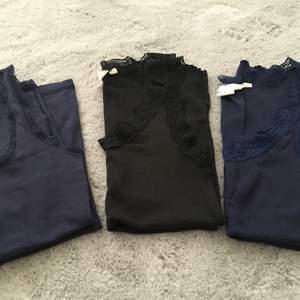 Två blå linnen och en svart strl S på ena blå och strl m på båda ribbade. Alla passar s/m.