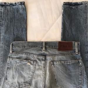 Trendiga polo Ralph Lauren jeans med snygga detaljer. Storlek 31/32, dock små i storleken. Lågmidjade och raka!