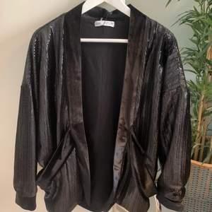 Så snygg blazer jacka från zara i glittrigt/paljett tyg. 😍 Går att knyta där fram. Köparen står för frakt (66kr). Passar XS/S
