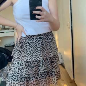 Säljer en jättefin leopard kjol, perfekt till sommaren! Jättefint skick! Va från början en klänning men klippt till en kjol, vilket inte ens syns!