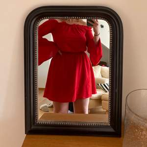 Röd off shoulder klänning från Nakd. Använd 1 gång