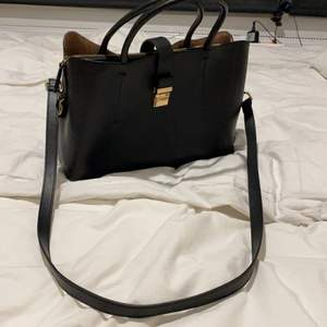 Jättesnygg väska från H&M som är perfekt storlek för jobb och skola. Mycket bra skick och endast använd ett fåtal gånger, men säljer den eftersom att den inte riktigt är min stil längre💞