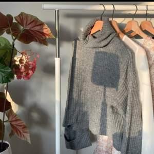Grå stickad tröja från Gina med polokrage och uppvikta ärmar. Fint skick, något nopprig (kan skicka bättre bild vid efterfrågan)💗💗