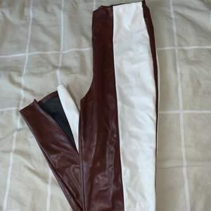 Säljer dessa otroligt snygga tvåfärgade läderbyxor med slit från Boohoo. Dem är i storlek UK 12 (EU 40) men är något tajta så passar en 38! Byxorna har endast använts en gång och är i nyskick. Pris kan absolut diskuteras vid snabb affär💓💫