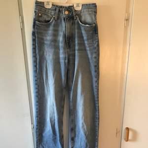 Supersnygga jeans från HM som är högmidjade med bredare byxben samt slits vid slutet. Knappt använda då de inte längre passar.