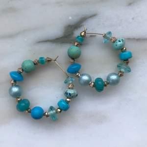 Jättefina örhängen med blåa och guldiga pärlor💙