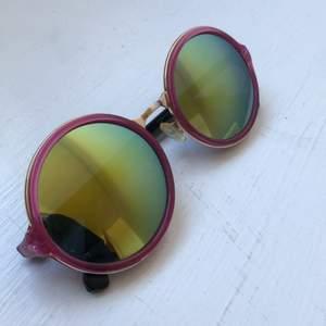 Supercoola solglasögon! Helt ok skick, smått repiga men inget som märks eller syns vid användning. Priset är inkl frakt.