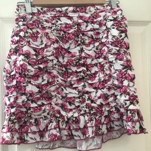 En jätte snygg kjol som tyvärr är för stor för mig därav bilder från hemsidan. Plagget är aldrig använt!😊För mer info skriv privat!