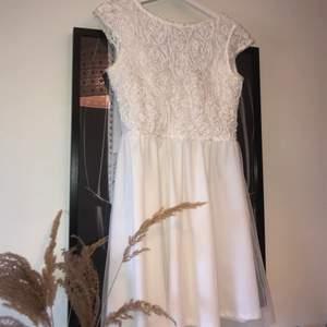 Säljer min super fina kläning! Perfekt till student, skolavslutning, konfirmation osv. Min är endast använd 1 gång under min konfirmation. Säljs pågrund av att den inte kommer till användning. Super fint skick!!🤍🤍