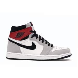 Säljer nu dessa Jordan 1 High som trendar just nu då de var för små! De är i storleken 37.5 och ligger på  320$ på stockx. Köpta på Depop och har därför inte kvitto eller äkthetsbevis. Vid stort intresse bud, och fler bilder kan fås i Dm.  Vid snabb affär kan pris diskuteras :)