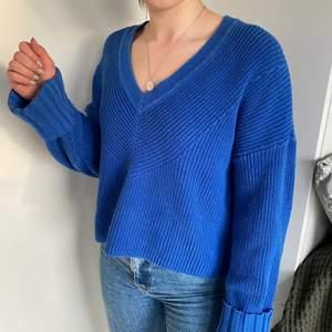 Säljer en koboltblå stickad tröja från Lindex i storlek L. Något over sized på mig som normalt när storlek S. Använd ett fåtal gånger.