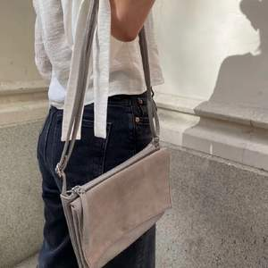 Säljer denna väska tillsammans med mitt uf företag @refaireuf på instagram🤎 Fraktkostand tillkommer på 48kr📦 Hör av dig om du är intresserad:)!