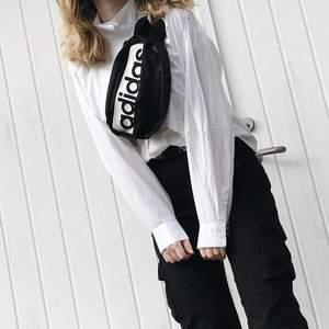 Säljer en vit skjorta med hög krage i storlek XS från Weekday samt svarta cargo pants ifrån Missguided i storlek 36. Båda plaggen är använda ett fåtal gånger. Skjorta:150kr, Cargo Pants:70kr, köparen står för frakten som ligger på ca 30kr, kan samfrakta vid intresse av båda. Skicka privat vid funderingar, betalning sker via swish :)