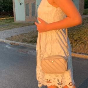 Vit klänning från Vila strl 34 med spets mönster, den sitter mer löst på den nedre delen, tajtare vid midjan och för mig är den lite stor men vanligtvis så är den tajt på den övre delen. Passar fint på sommaren men såklart vid andra tillfällen också.