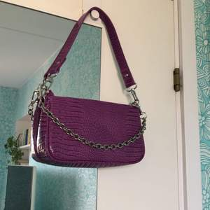 superfin väska från urban outfitters som endast använts en gång, därav i nyskick💗 färgen framgår bäst på den andra bilden