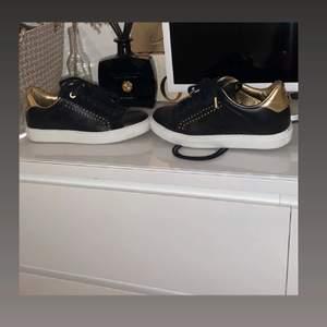 Skor från Zadig & Voltaire i bra skick köpta för ca 2 veckor sedan, skriv för fler bilder!! Publicerar på nytt pga att förra köparen ej va serriös💞