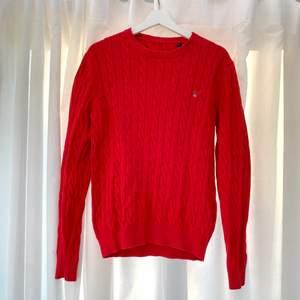 Knappt använd Gant-tröja. Ny-skick.   Stl M i Men. Passar även oversized strl M Woman.